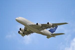 Ein Flugzeug fliegt im blauen Himmel vielleicht bald schon ohne Pilot